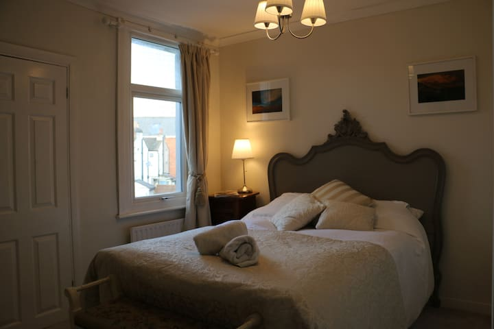 Clean Double Room & Large, Priv. Ensuite