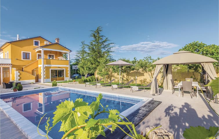 Holiday apartment with 3 bedrooms on 80m² in Gracisce