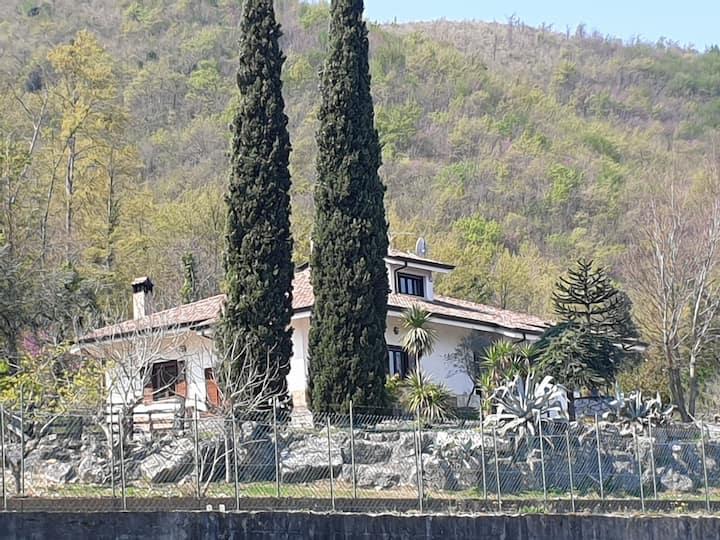 Appartamento in una villa in collina