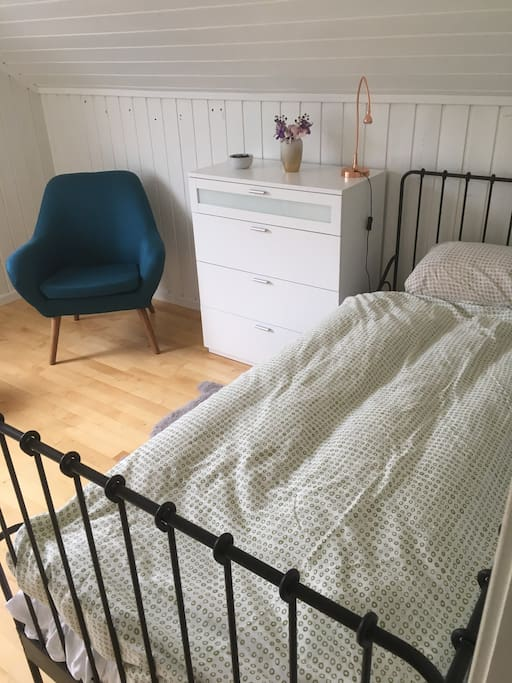 Spacious room with single bed. Additional matress available if 2 booking