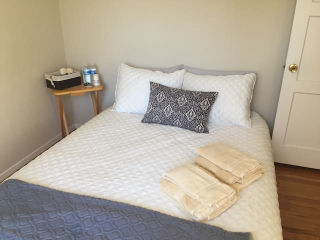 1 bedroom in cozy, clean home! Breakfast included - East Palo Alto - Bed & Breakfast
