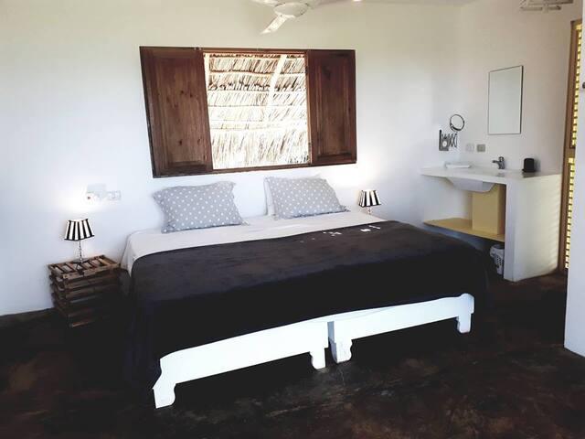 lit king size, moustiquaires et volets à chaque fenetre
