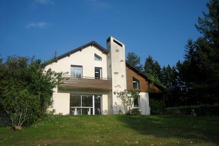 Maison calme,très belle vue,près de Treignac. - Treignac - บ้าน