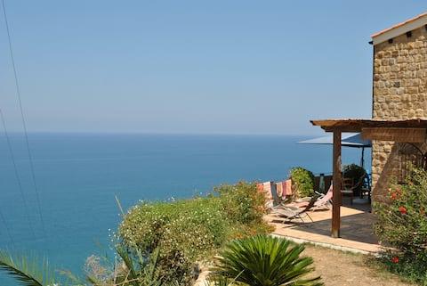 villa panoramica . vista mare difronte isole Eolie