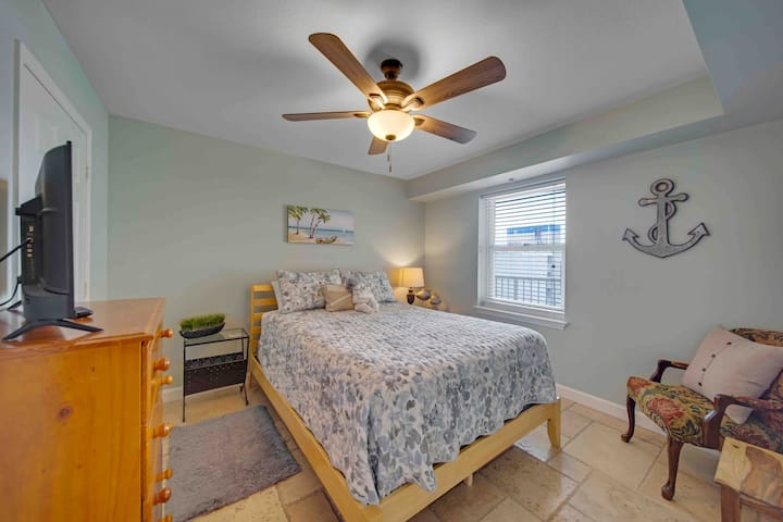 """Queen bed with 32""""tv and closet"""