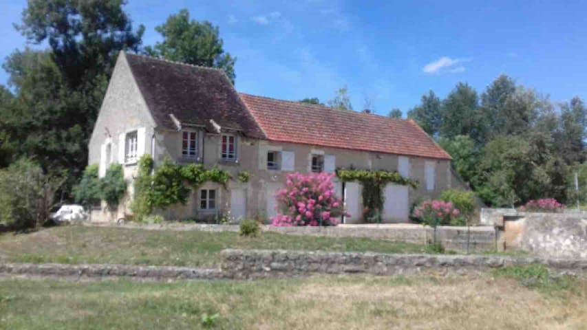 Lovely cottage by the river in Burgundy