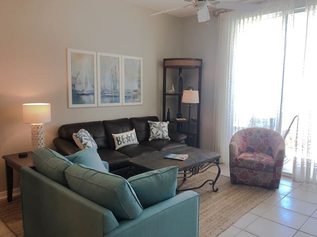 Lovely Vacation Rental, On-site pool and hot tub, Free WiFi, On the beach