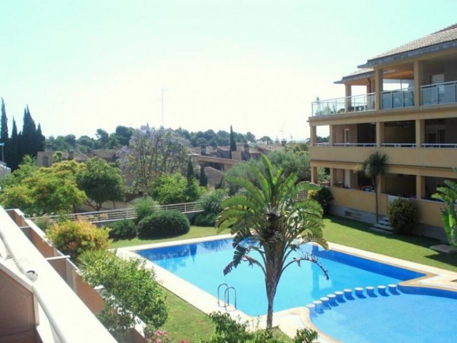 La piscina en los apartamentos de Los Sauces cuenta con una parte para los más pequeños y los adultos