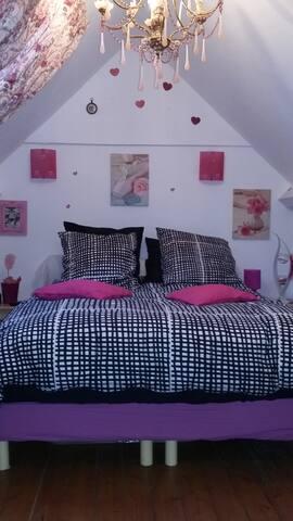 Chambre, grand lit 140x190 + lit bébé chambre très calme, donnant sur le jardin.