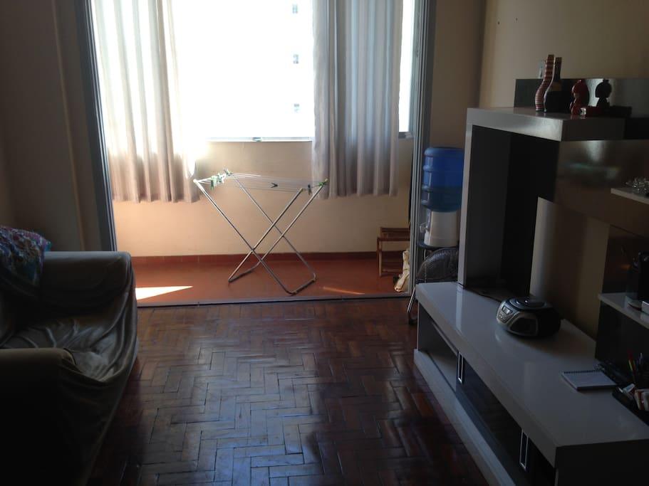 Sala ampla com varanda. Luz solar o dia todo.