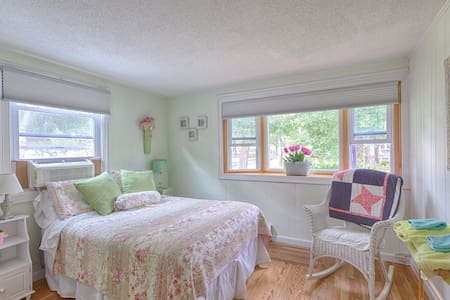Lovely private room in Falmouth, MA - House