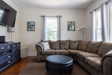 Large 4 bd home sleeps 8+ near Gonzaga & Downtown!