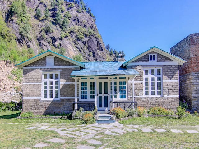 OYO Hill-View 2BHK Stay in Manali - Flash Sale!