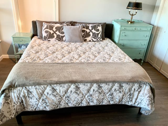 Lake view bedroom (king bed)
