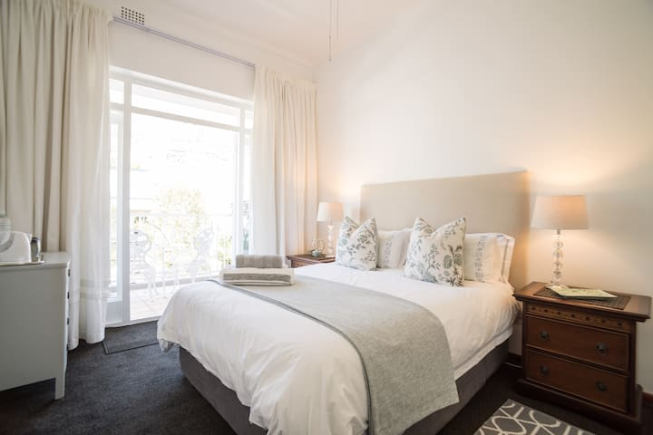 Private Ensuite Room & balcony  in Green Point TS