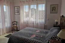 chambre rose, 1 lit en 140, accès au balcon et à la terrasse