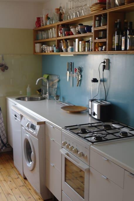 Gasherd, Waschmaschine, Geschirrspüler, Kühl-Frost-Kombi