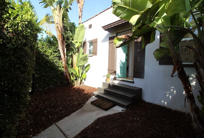 Prime Location 2 beds house Cozy w/ private garden