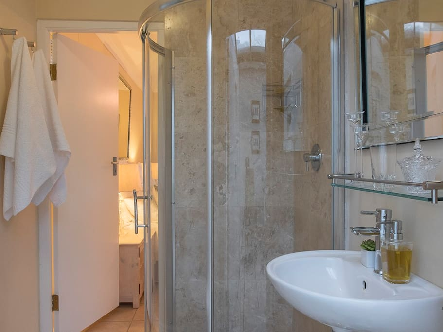Tallara en suite bathroom