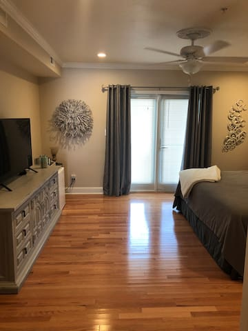 Spacious room on 116th street - blocks from beach