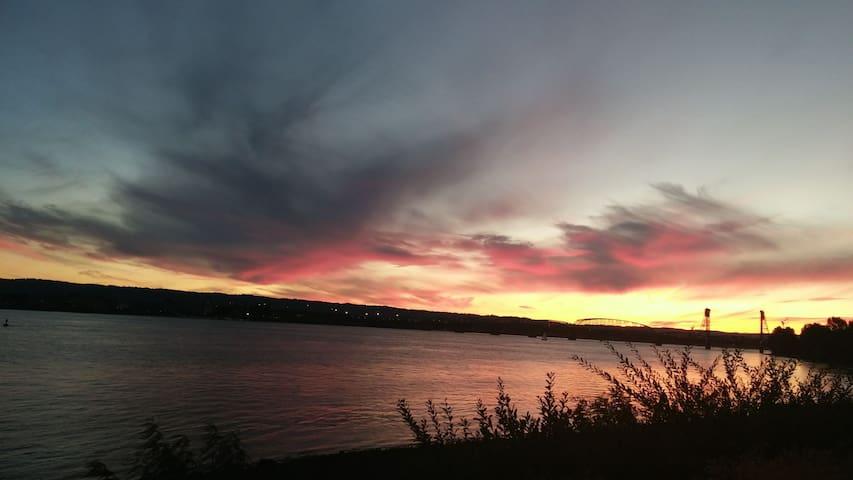 Beautiful 3 BR 3 BA 1 block from Columbia River
