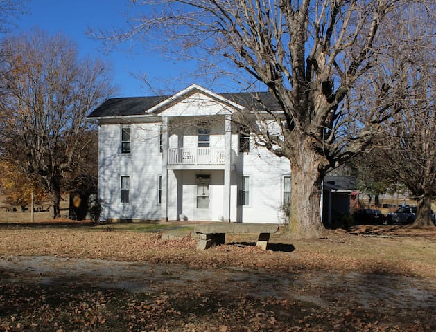 Updated 110+ y/o farmhouse on working cattle farm - Scottsville - Hus