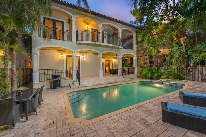 7 Bedroom Private Pool Mansion Minutes to SoBe!
