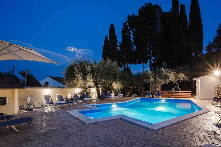 Olive Grove Poolside Apartments 1