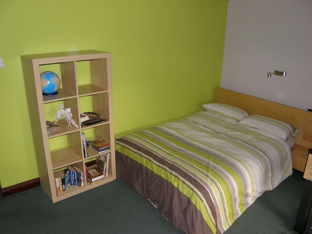 Large bedroom with TV, guest lounge, guest garden - Bretton - Casa