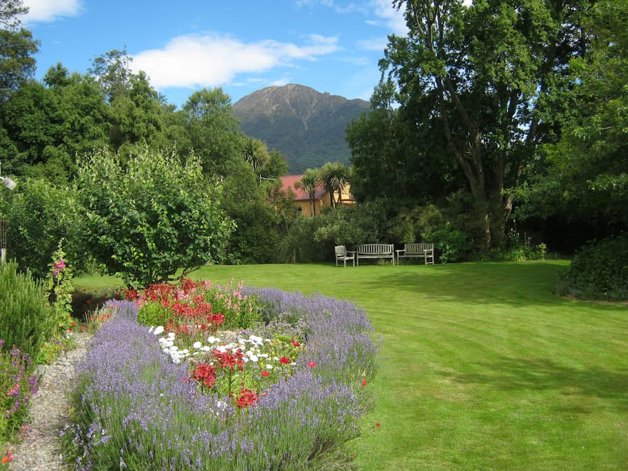 Cottage garden with fantastic view of Mt. Somers!