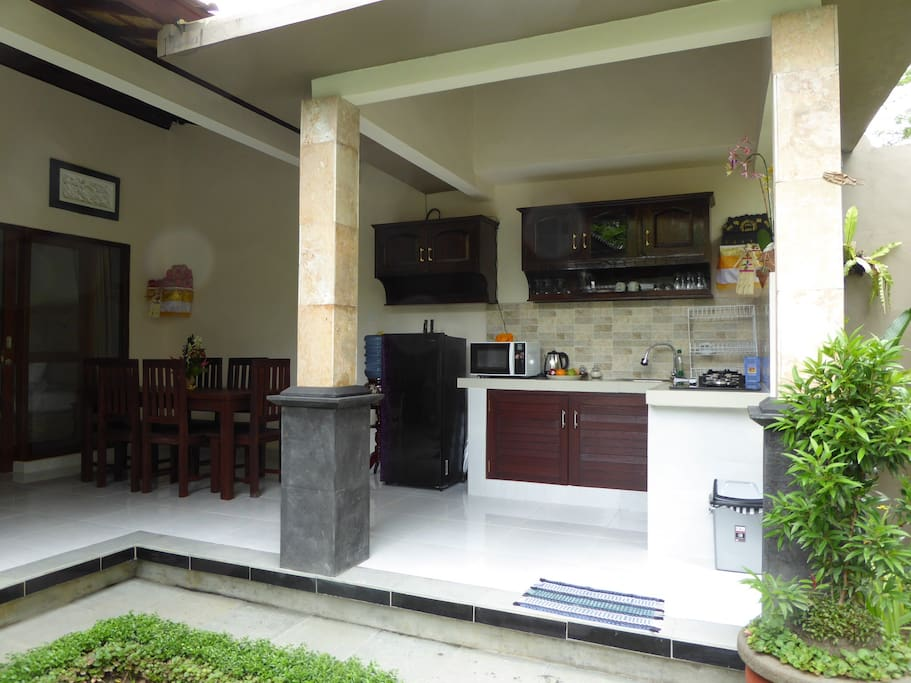 Open air kitchen & dining area