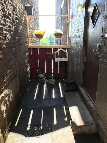 Clean and simple one bed room apt around Otr/UC