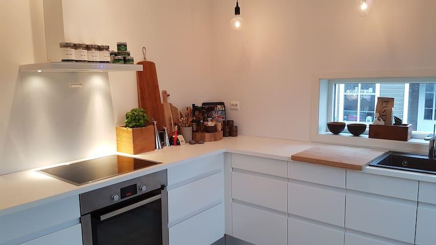 Ny fresh leilighet nær sentrum og togstasjon - Egersund - Flat