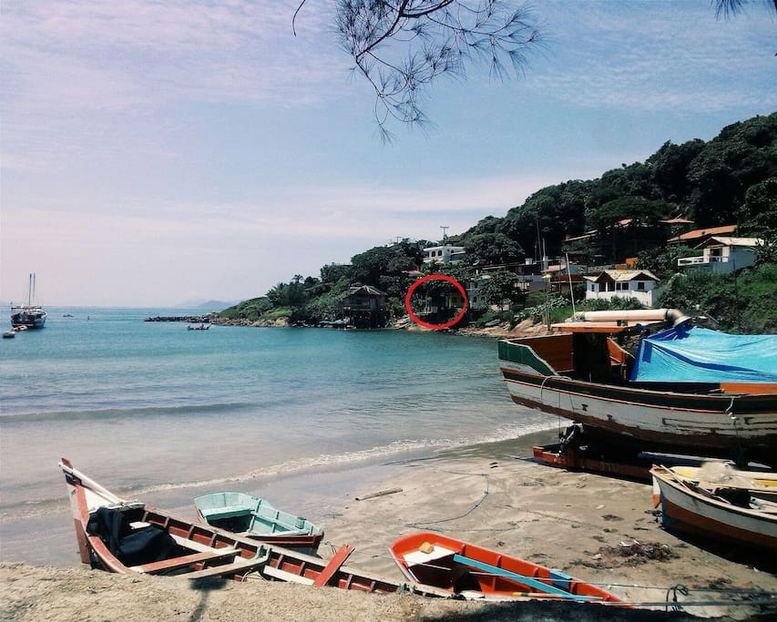 A casa vista da praia (no circulo vermelho)