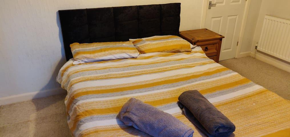 Big double room quiet Wi-Fi tv kinson area nice