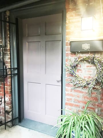 Capitol Hill close-in 1BR, sleeps 4, newly updated