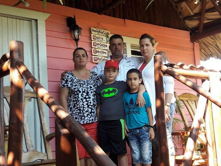 Familia de Modesto/ personas  encargados de recibirlos en casa