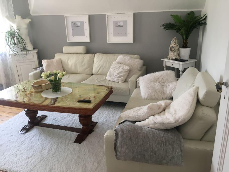 Unser Wohnzimmer mit großem Fernseher auf dem ihr netflix, sky, und ausländische Fußball spiele usw sehen könnt :-)