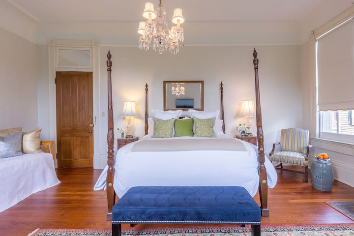 Charming New Orleans Garden District Stay!