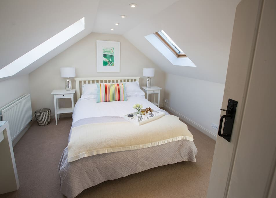 Vaulted roof feature and oblique view out the surf. King sized bed upstairs, feather pillows/duvets on all the beds. Al lergenic available with notice. White company pure cotton linen and comfy toppers on all beds. Vanity. Blackout blinds.