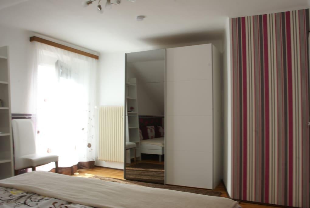 Geräumiger Kleiderschrank im Schlafzimmer.