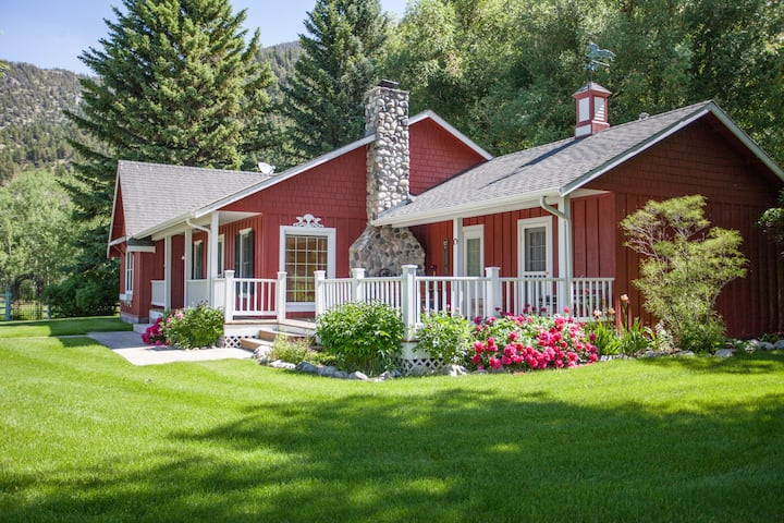 """Picturesque Paradise Valley Homestead aka the """"Red House at Carters Bridge""""
