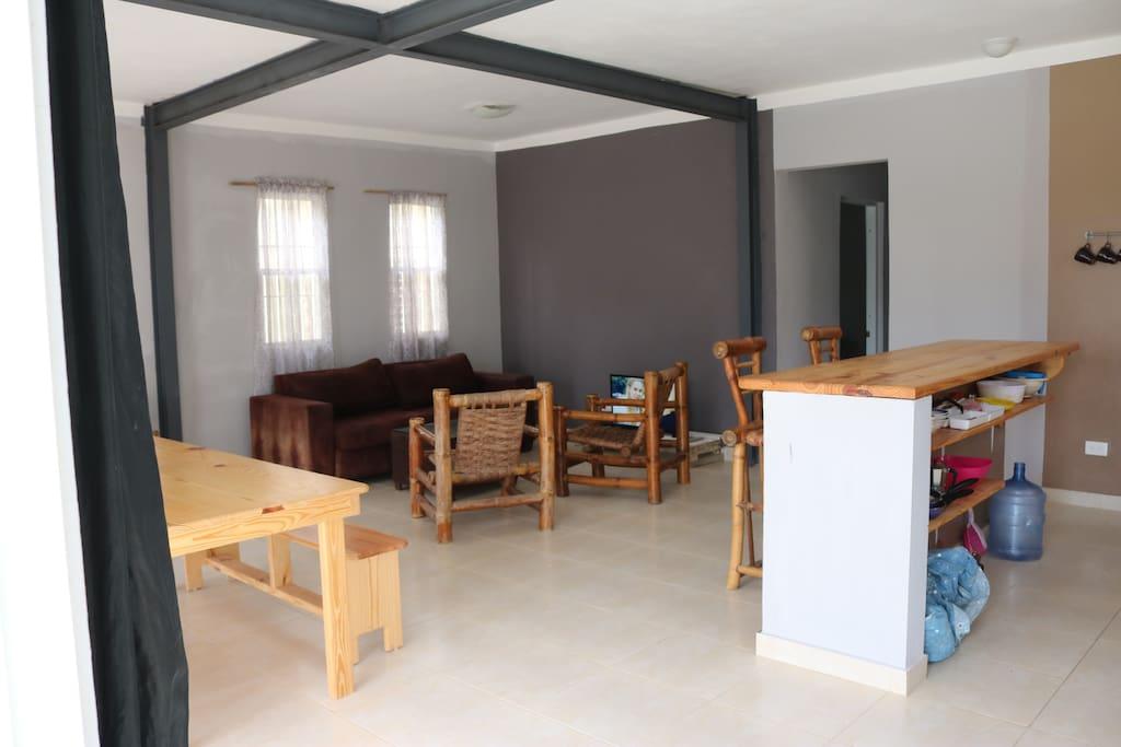 Wohnzimmer mit Balkon und Küchenzeile
