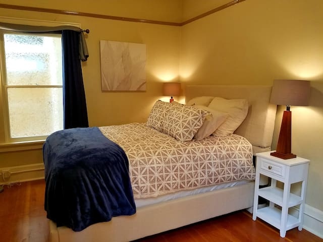 Downtown Bed & Breakfast Experience near U of O