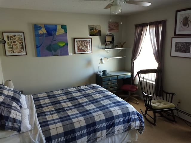 Guest room in suburban circle near Wesleyan Univ.