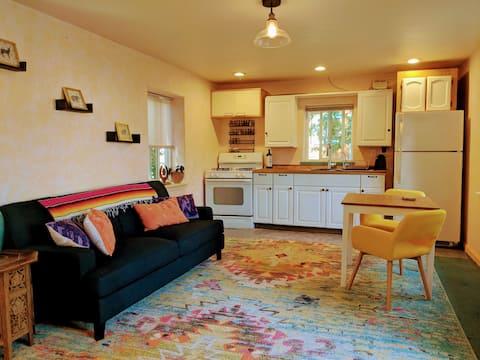 Eccentric Garden Cottage Downtown Grass Valley!