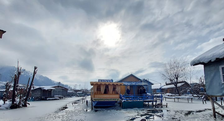 HouseBoat In Calm Dal Lake room1(ROOM 2 SEE BELOW)