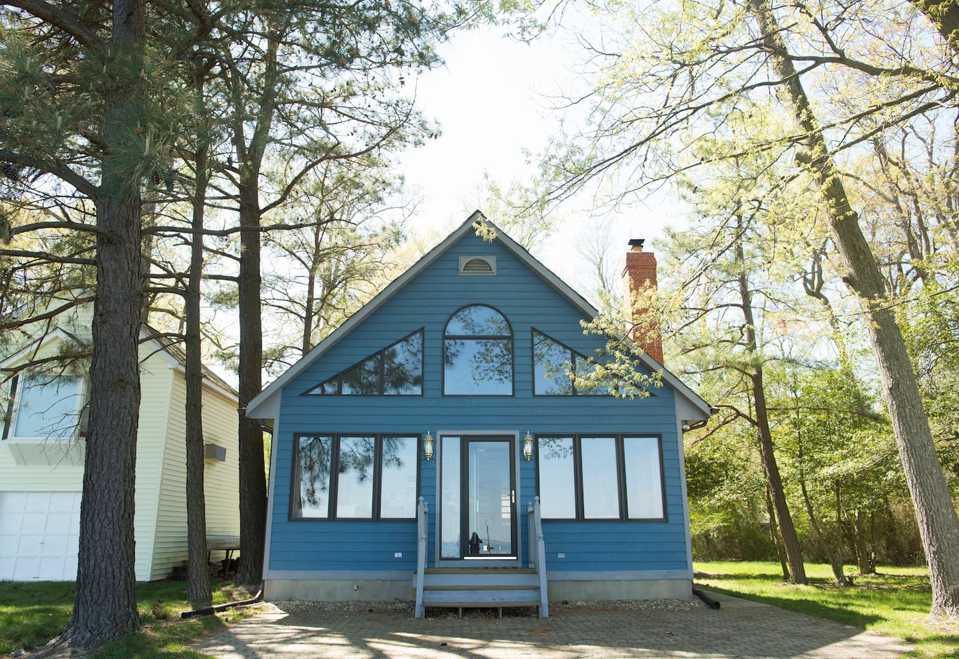 Originally built as a hunting lodge in 1990, the cottage was recently refurbished to feel airy and welcoming to beachgoers.
