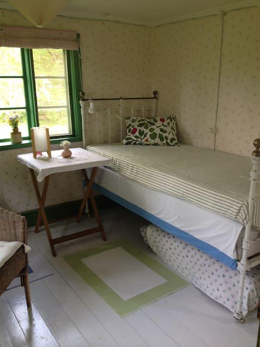 Interiör rum med en säng