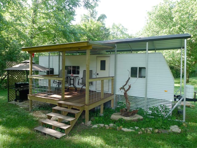 "The ""Hillbilly"" country retreat 30 min to downtown"